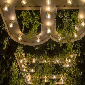 Groen plafond met kunstplanten